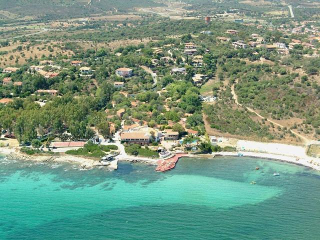 het hotel ligt direct aan zee - vakantie sardinie.jpg