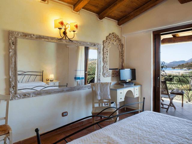 vakantiehuis met zwembad op sardinie - villa capo coda cavallo (17).png