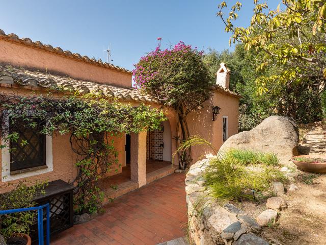 luxe huis sardinie met zeezicht en zwembad (8).png