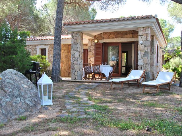 vakantiehuisjes sardinie aan het strand - ville porto taverna (9).png