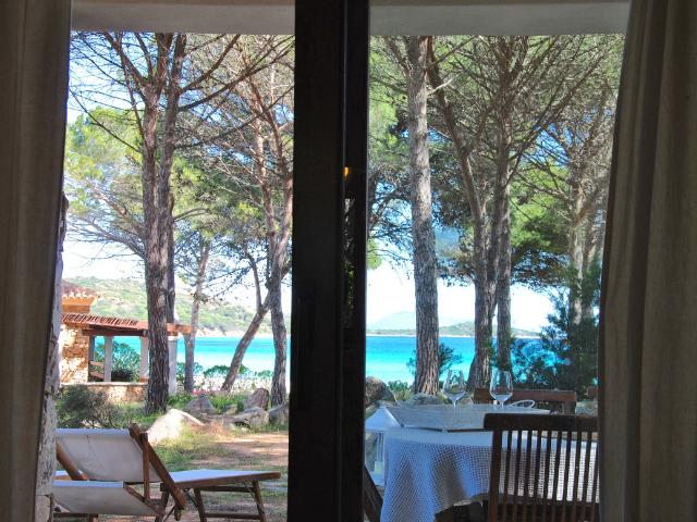 vakantiehuisjes sardinie aan het strand - ville porto taverna (7).png