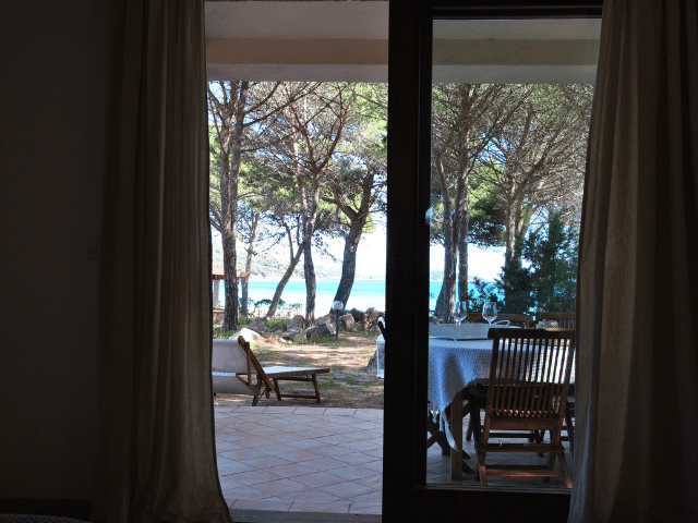 vakantiehuisjes sardinie aan het strand - ville porto taverna (8).png