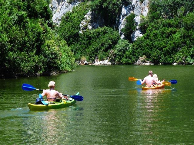 Kano varen op het meer van Cedrino - Agriturismo Neule